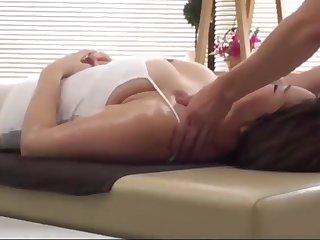 massage cho chi Nhung quan 10 tai nh&agrave_ v&agrave_ chich tai cho lu&ocirc_n